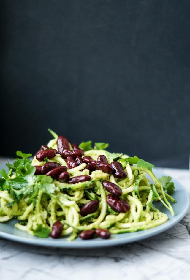 Squash-spaghetti i avocadocreme og ristede bønner