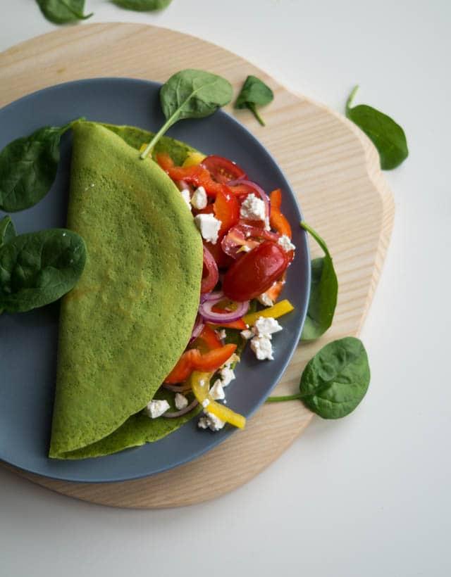 Spinatpandekager med tomat-feta salat