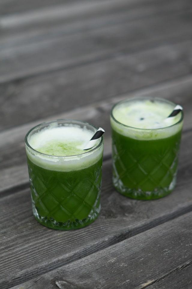 Grøn juice med ananas, spinat, ingefær og lime