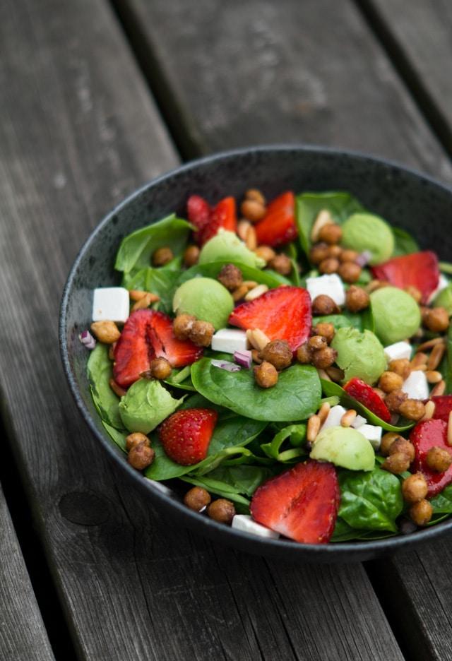 Spinatsalat med kikærter, ristede pinjekerner og jordbær