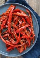 Soya-lime stegte peberfrugter med ristede sesamfrø