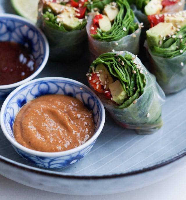 Friske vietnamesiske forårsruller – rispapirsruller med tre slags dip (vegetariske)