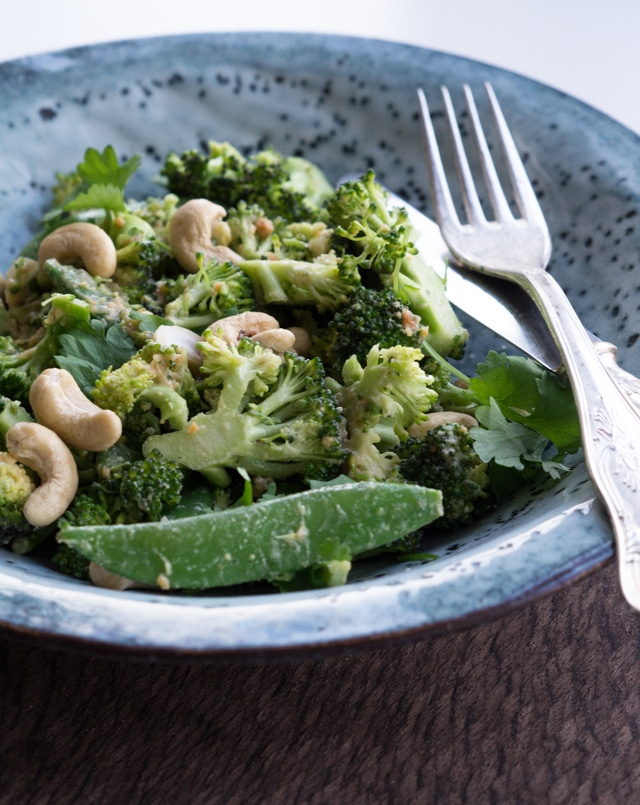 Broccolisalat med peanut-dressing