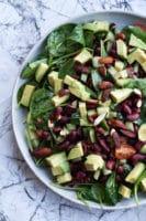 Spinatsalat med bønner, soltørrede tomater og soyamandler