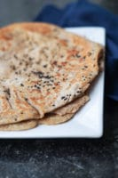 Pandestegte naanbrød / fladbrød med nigellafrø
