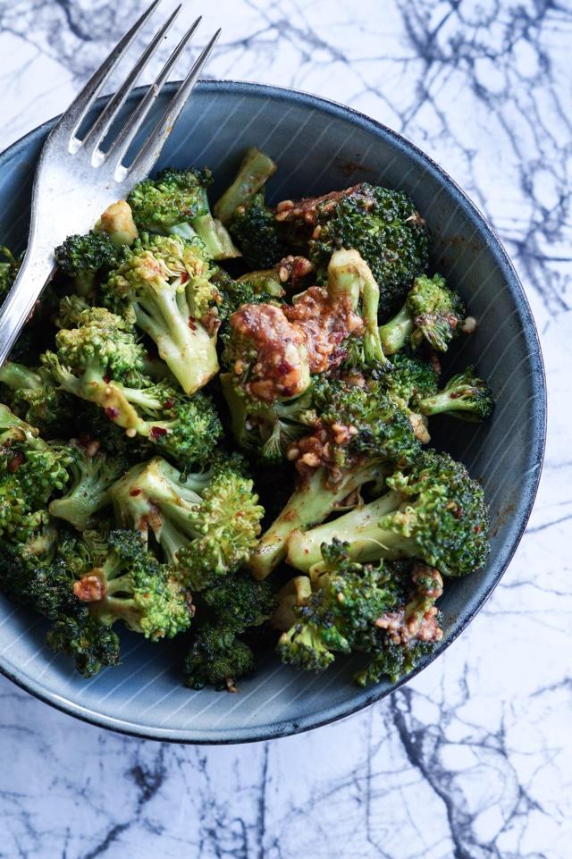 Stegte broccoli med peanut-sauce