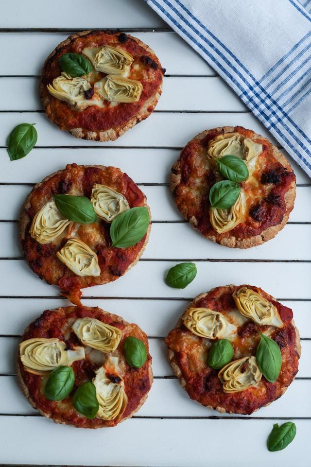 Pita-pizza med artiskokker og tomatsauce