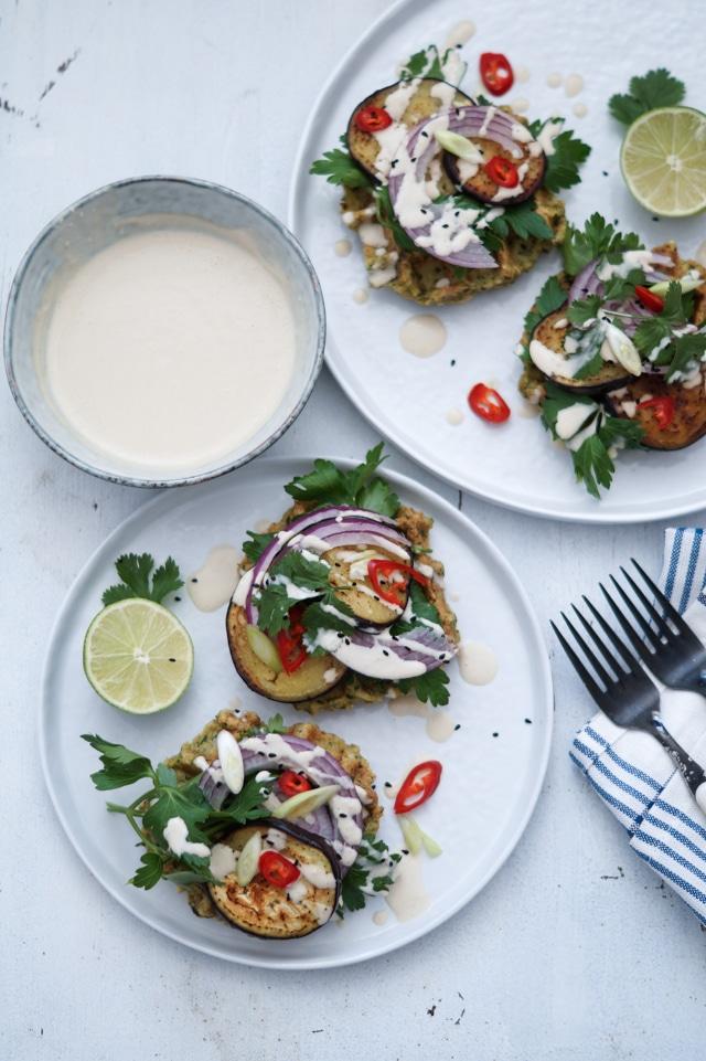 Falafel-vaffel med stegt aubergine og tahindressing