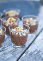 Små chokolademousse desserter med chiafrø