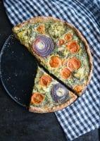 Grov tærte med tomat og timian