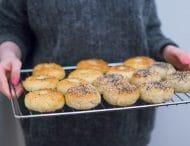 Glutenfri bagels med hummus og romesco sauce