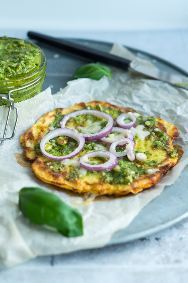 Små blomkålspizzaer med parmesan og grøn pesto