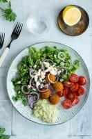 Falafelsalat med avocado-tahin dressing