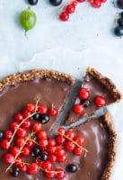 Sundere chokoladetærte – med nøddebund og friske bær