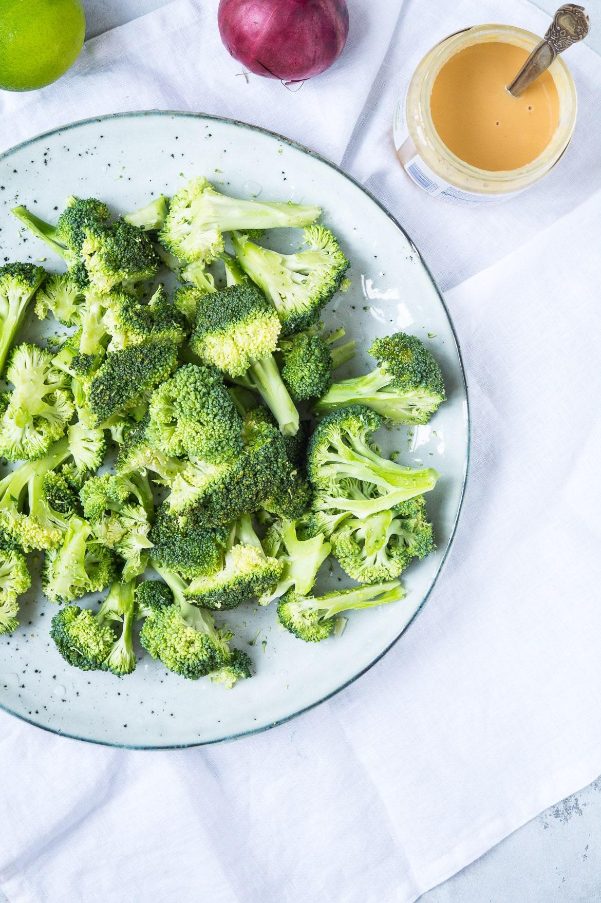Broccolisalat med peanutbutterdressing og soyamandler