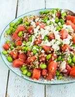 Sommersalat med vandmelon, feta, edamamebønner, perlebyg og mynte