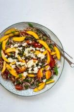 Nektarin salat med feta og tomat