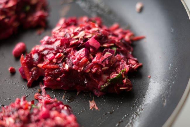 Rødbedefrikadeller med feta og persille