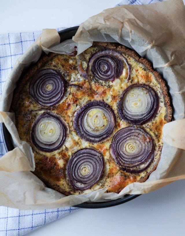 Rødløgstærte med rosmarin og feta