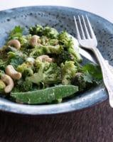 Broccolisalat med peanut-dressing