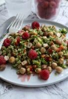 Broccolisalat med hasselnøddeolie og hindbær