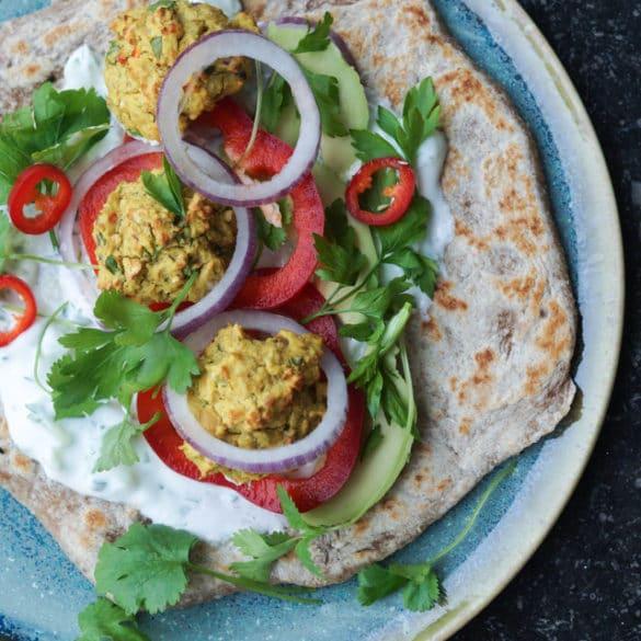 Naanbrød med falafler og dressing