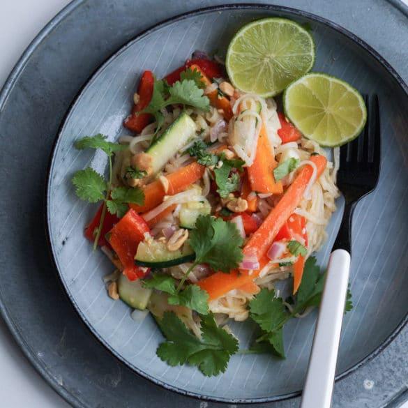 Vegetarisk pad thai med peanuts og lime