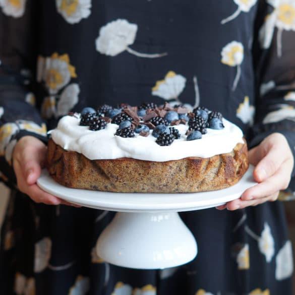 Fødselsdagskage – banankage med flødeskum og friske bær