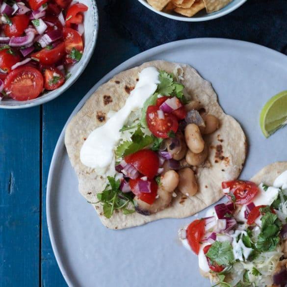 Vegetariske tortillas med bønnefyld og salsa