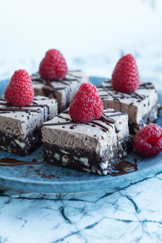 Raw chocolate brownie med kokosfrosting