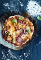 Koldhævet grov pizzadej – sprød og grov pizza