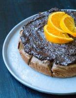 Gulerodskage med kikærter og chokolade-appelsin topping