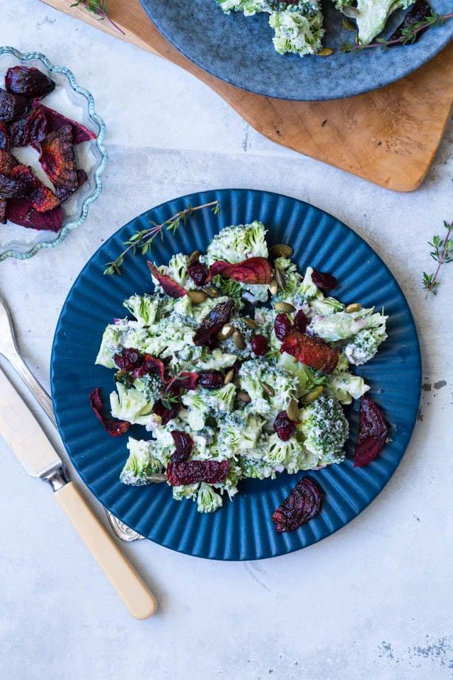 Vegetarisk broccolisalat med creme fraishe dressing