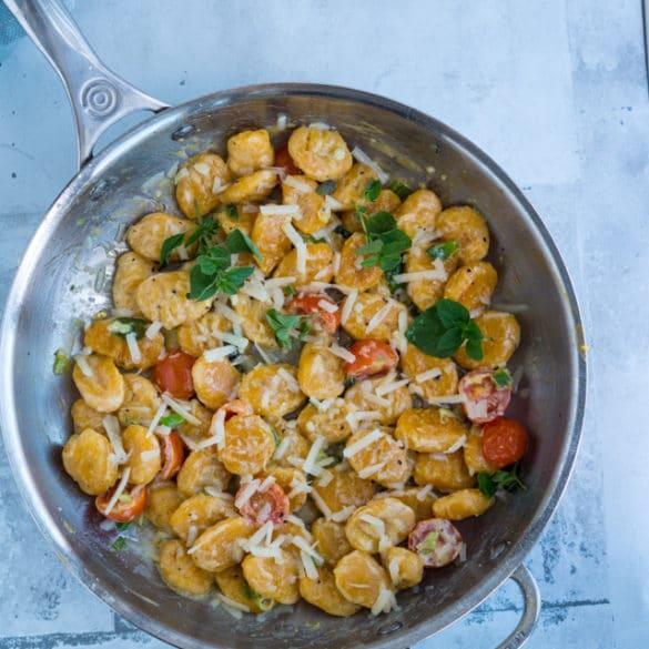 Gnocchi af søde kartofler med forårsløg og parmesan