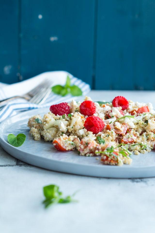 Quinoasalat med feta og hindbær