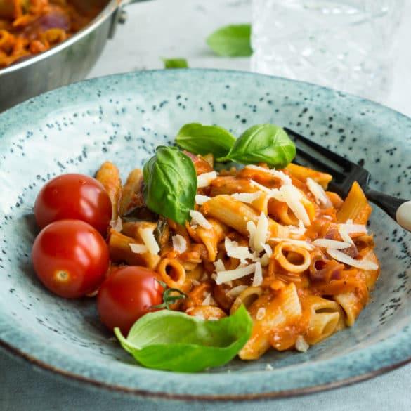 Pasta med tomat-gulerodssauce