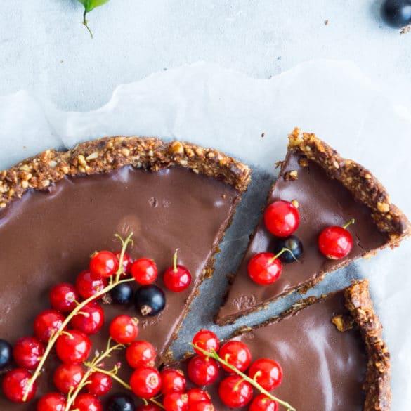 Sundere chokoladetærte - med nøddebund og friske bær