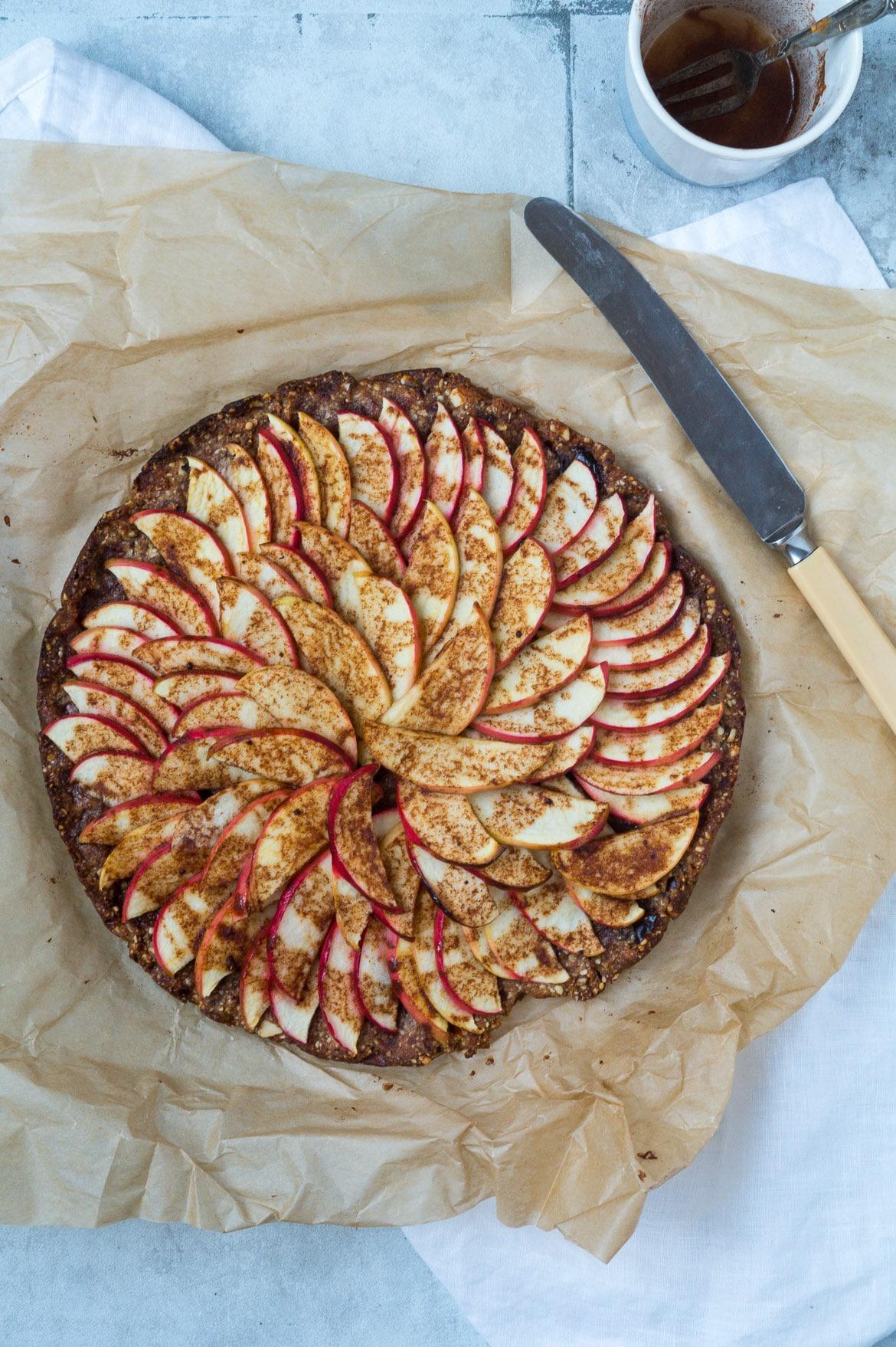 Sundere æbletærte med mandel-peanutbutter bund - Stinna
