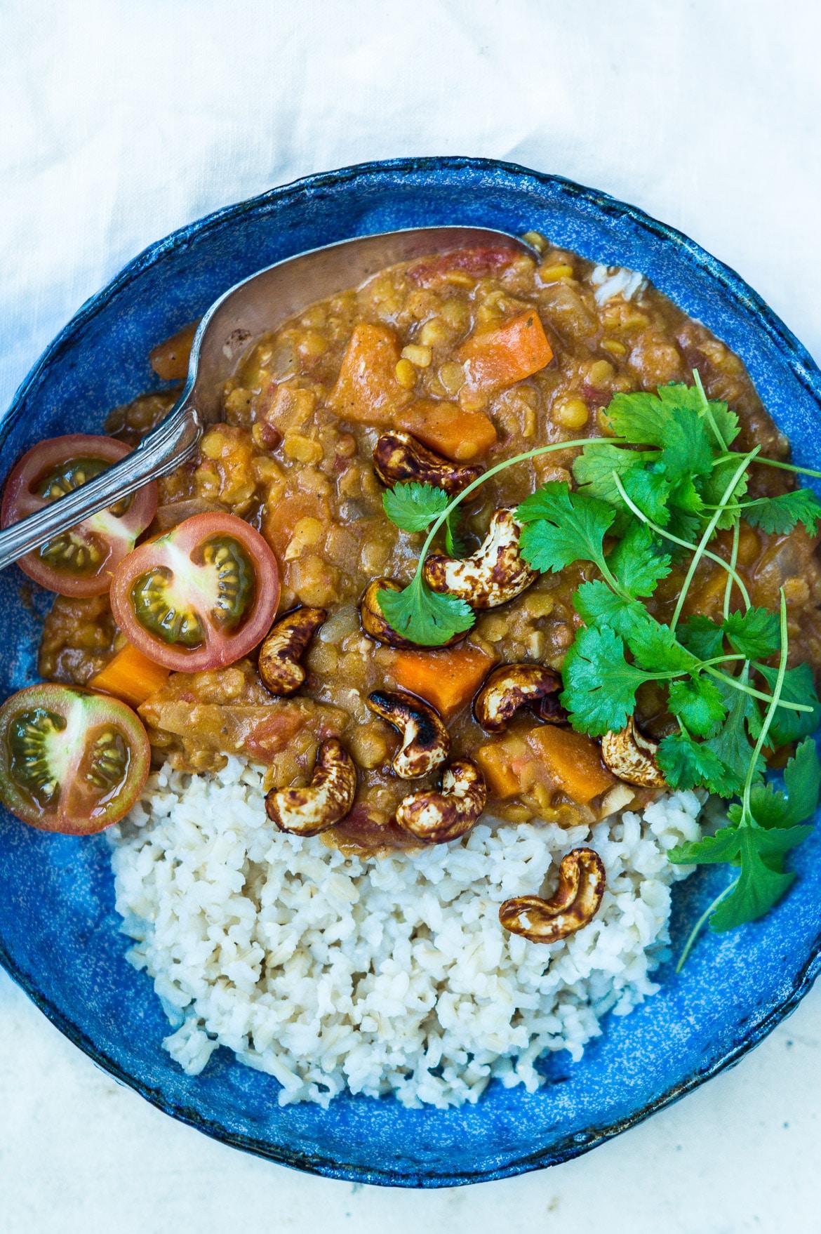Indisk dahl med gulerødder og soyaristede cashewnødder