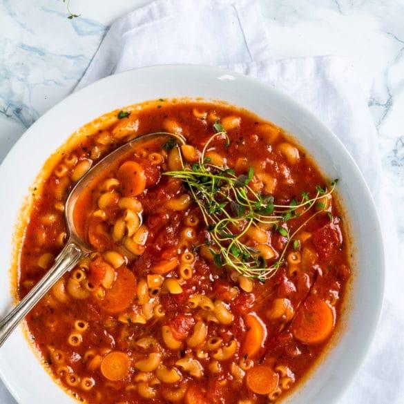 Vegetarisk minestronesuppe - krydret italiensk tomatsuppe med nudler