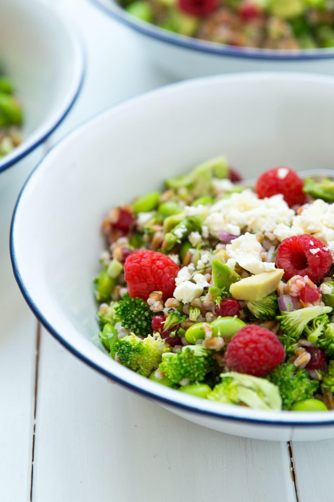 Broccolisalat med edamamebønner, bær, avocado og feta