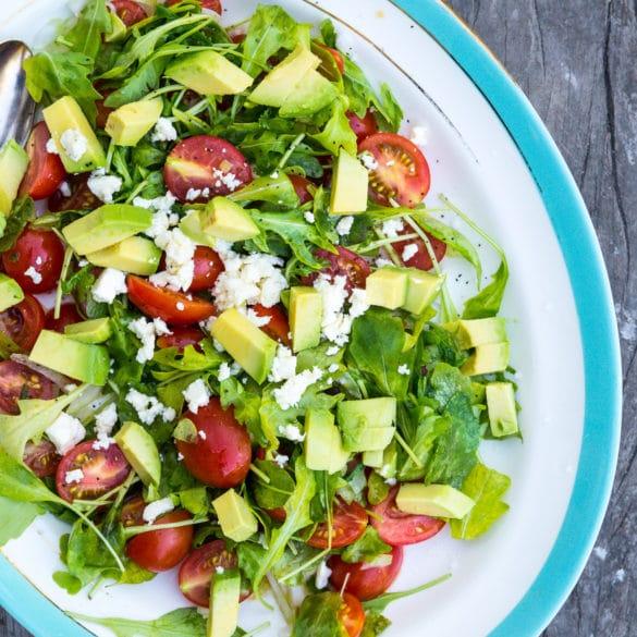 Nem sommersalat med rucola, avocado og tomat