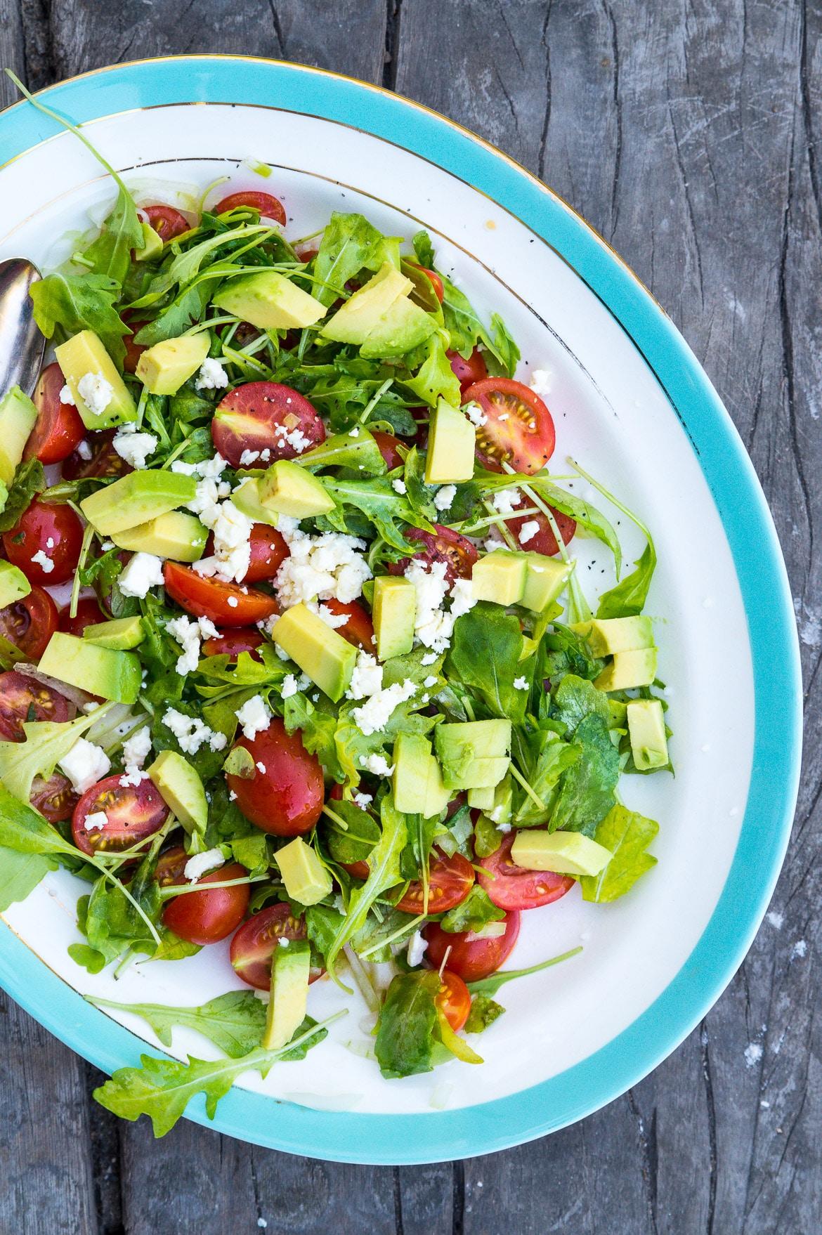 Nem sommersalat med ruccola, avocado og tomat