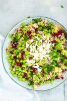 Sommersalat med bulgur, edamamebønner, granatæble og feta