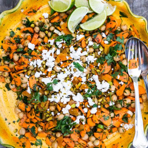 Marrokansk gulerodssalat med kikærter og pistacienødder