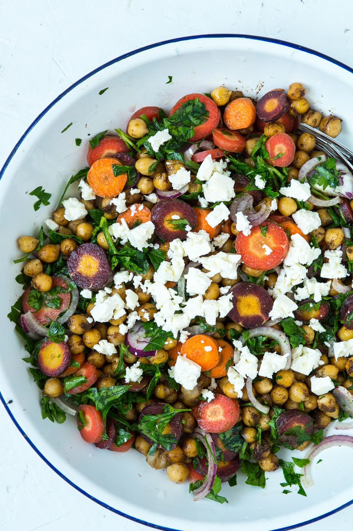 Efterårssalat med gulerødder, ristede kikærter, persille og feta