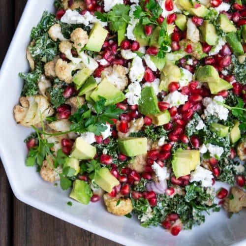 Grønkålssalat med bagt blomkål og tahindressing, feta og granatæblekerner
