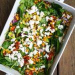 Salat med hvidløgsbagte tomater og kikærter med feta og avocado