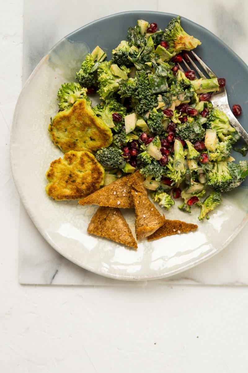Broccolisalat med granatæblekerner, creme fraiche og persille