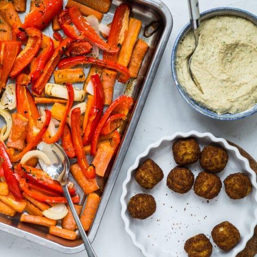 Nem vegetarisk hverdagsmad - bagte grøntsager, hummus og falafler